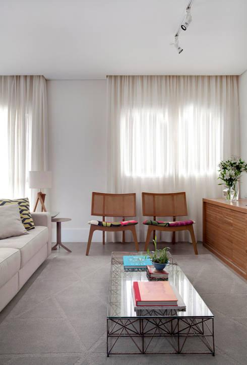 PROJETO RESIDENCIAL PGF: Salas de estar modernas por RP Estúdio - Roberta Polito e Luiz Gustavo Campos
