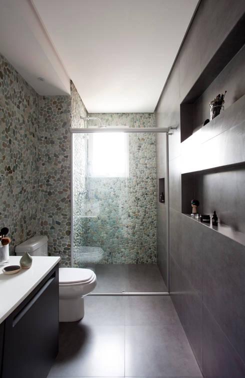 PROJETO RESIDENCIAL PGF: Banheiros modernos por RP Estúdio - Roberta Polito e Luiz Gustavo Campos