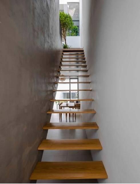 Mãn Nhãn Với Thiết Kế Nhà Lệch Tầng Đẹp Ngập Tràn Ánh Sáng:  Cầu thang by Công ty TNHH Xây Dựng TM – DV Song Phát