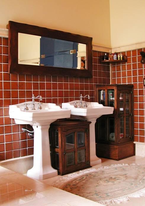 Casa de Fazenda - Banheiro: Banheiros  por Hérmanes Abreu Arquitetura Ltda