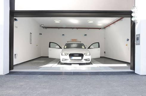 MasterVario R2C Alemania, Munich, Karlstrasse, 2014.: Garajes de estilo moderno por KLAUS MULTIPARKING COLOMBIA