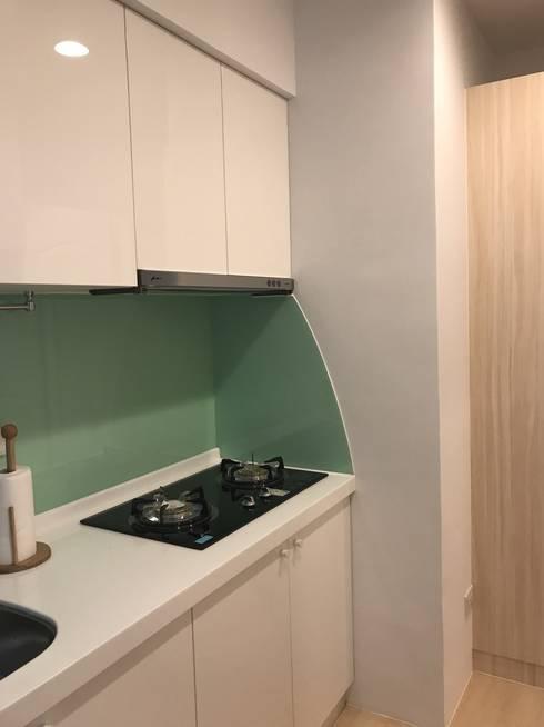 簡單的色彩 豐富的空間:  廚房 by 捷士空間設計