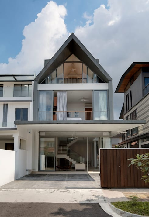 Modern Attap House at 48 Jalan Sukachita: modern Houses by Lim Ai Tiong (LATO) Architects