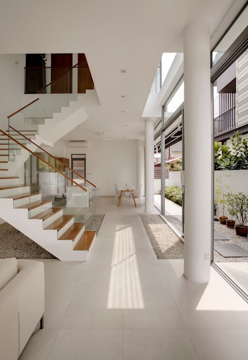 Modern Attap House at 48 Jalan Sukachita: modern Living room by Lim Ai Tiong (LATO) Architects