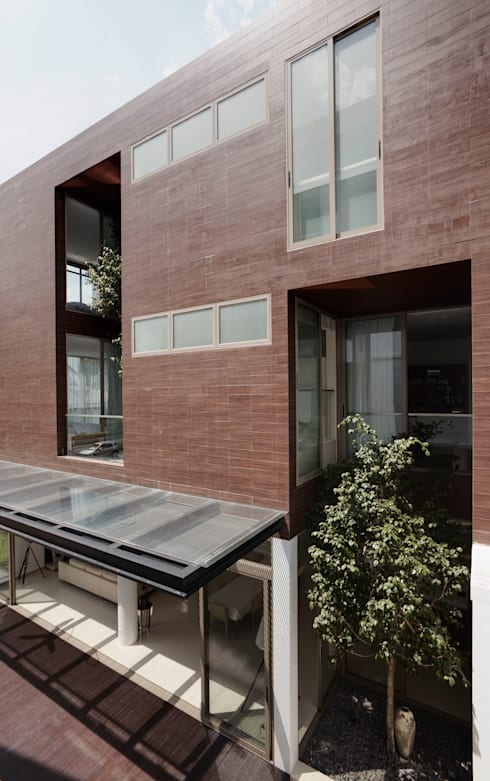 4 Connecting Voids House at 21 Jalan Mariam : modern Houses by Lim Ai Tiong (LATO) Architects