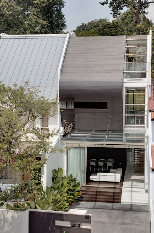 Timber Ribbon House at 115 Ming Teck Park : modern Houses by Lim Ai Tiong (LATO) Architects