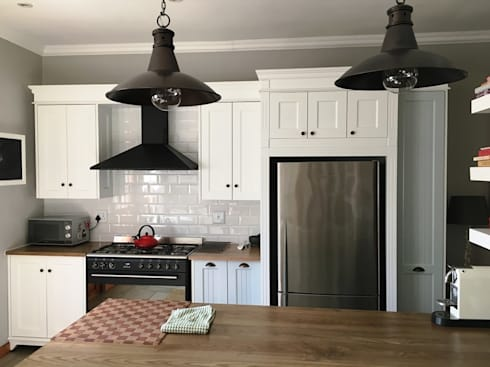 The fridge side of the kitchen: country Kitchen by Nick and Nelly Kitchens
