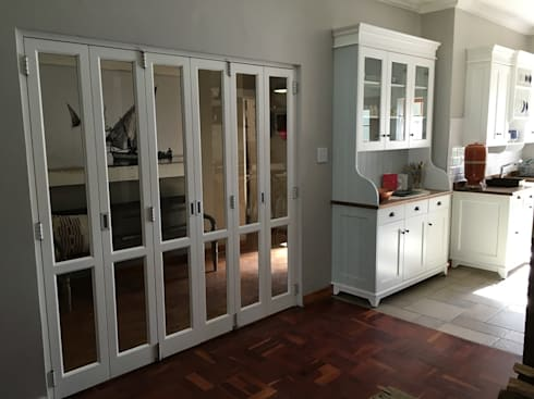 Stacking doors and welsh dresser: country Kitchen by Nick and Nelly Kitchens