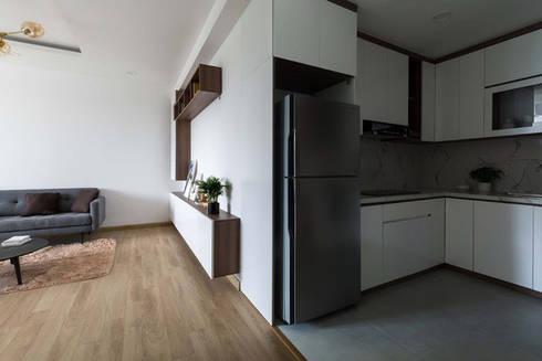 KTS đã chọn tông màu trắng và cho toàn bộ tủ kệ nội thất bên trong.:  Phòng ăn by Công ty TNHH Thiết Kế Xây Dựng Song Phát