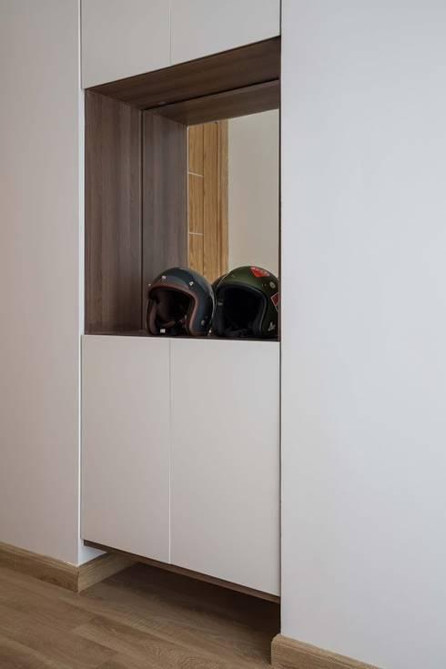 Các loại tủ kệ, bàn làm việc có thiết kế đơn giản được bố trí khéo léo chạy dọc tường.:  Nhà gia đình by Công ty TNHH Thiết Kế Xây Dựng Song Phát
