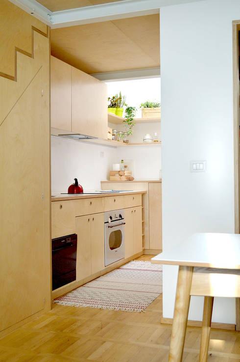 Mini loft a Milano  - Cucina in betulla: Cucina attrezzata in stile  di BGP studio