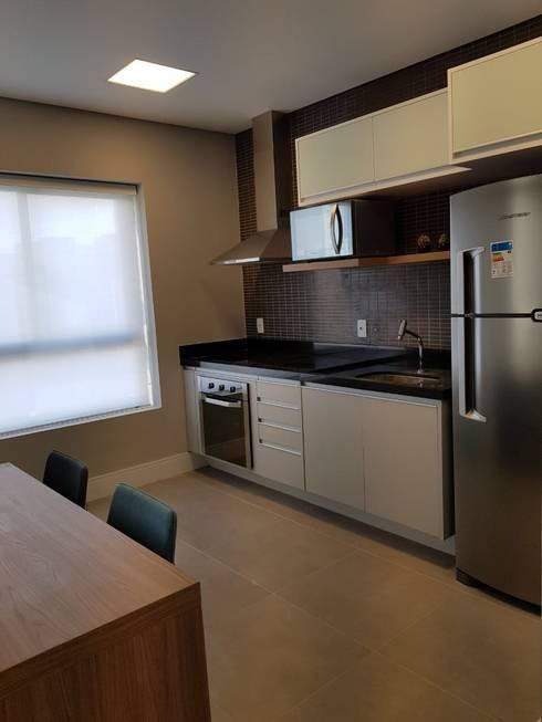 Nhà bếp by ICONO Projetos e Interiores