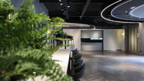 珠光烤漆:  走廊 & 玄關 by 見和空間設計