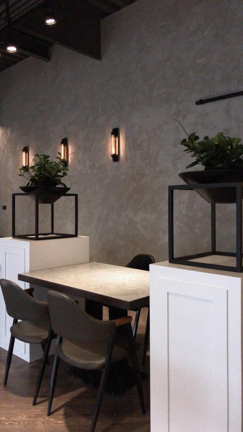 鐵框架搭配水磨石盆器:  餐廳 by 見和空間設計