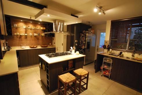 Isla central: Cocinas de estilo ecléctico por Selica