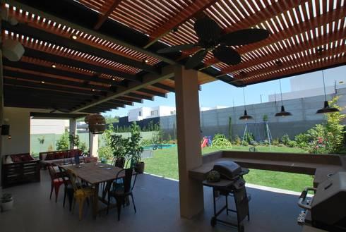 Quincho y terraza: Terrazas  de estilo  por Selica