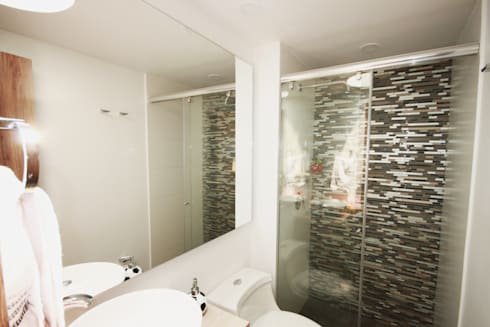 Casa Gallego Urrego: Baños de estilo moderno por AMR estudio