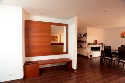 Apartamento Herrera Flores: Vestíbulos, pasillos y escaleras de estilo  por AMR estudio