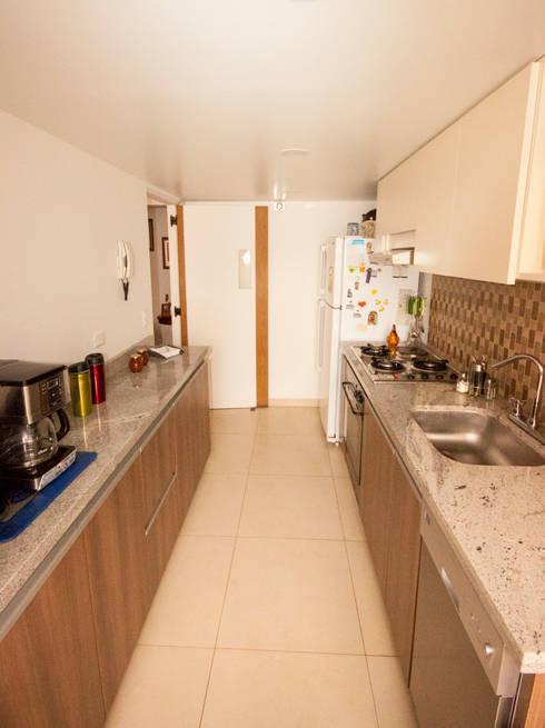 Apartamento Luque Romero: Cocinas de estilo moderno por AMR estudio