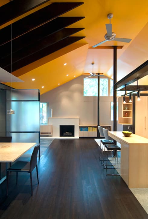 Q Place Residence: modern Dining room by KUBE Architecture