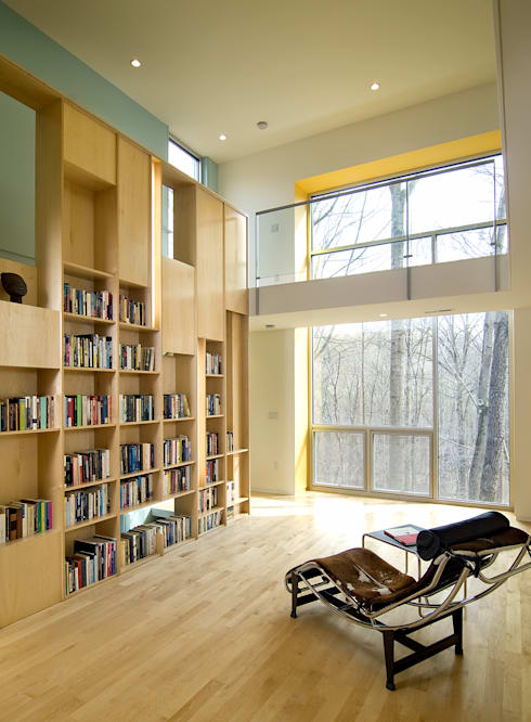 Forest House: modern Media room by KUBE Architecture