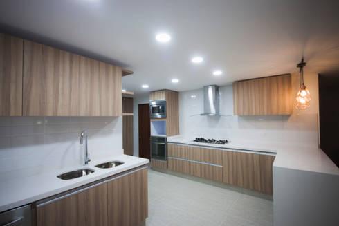 Apartamento Angarita Yañiez: Cocinas integrales de estilo  por AMR estudio