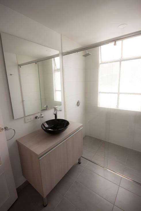 Apartamento FBogliacino: Baños de estilo minimalista por AMR estudio