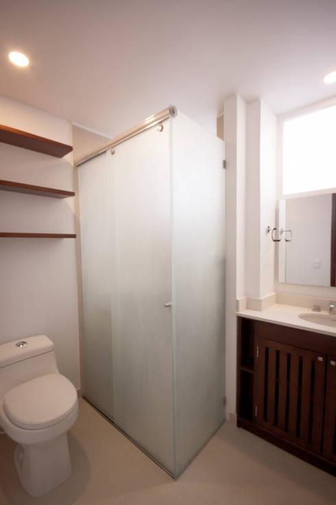 Apartamento MI Jara: Baños de estilo moderno por AMR estudio