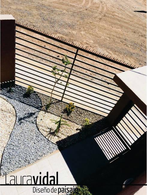 Pequeño Jardín Urbano Planta: Jardines con piedras de estilo  por Laura Vidal Estudio de Paisajismo - Interiorismo