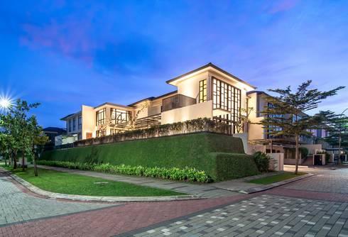 PRIVATE RESIDENTIAL @ NAVAPARK, BSD CITY, TANGERANG, INDONESIA:  Rumah tinggal  by PT. Dekorasi Hunian Indonesia (D&H Interior)
