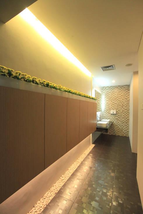MODERN OPEN SPACE OFFICE @ AGUS SALIM, JAKARTA:  Gedung perkantoran by PT. Dekorasi Hunian Indonesia (D&H Interior)