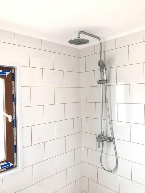 Columna ducha, recubrimiento cerámico tipo ladrillo. Vivienda Premium 115m2 Fundo Loreto.:  de estilo  por Territorio Arquitectura y Construccion - La Serena