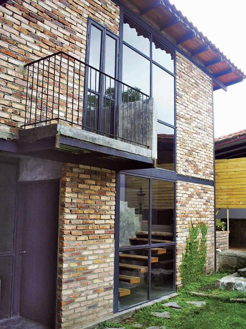 Fachada casa: Casas de campo de estilo  por Atis Proyectos
