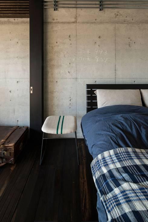 Dormitorios de estilo  por 山本嘉寛建築設計事務所 YYAA