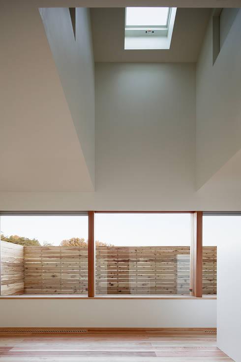 大きな窓で繋がる家: 前田工務店が手掛けたテラス・ベランダです。
