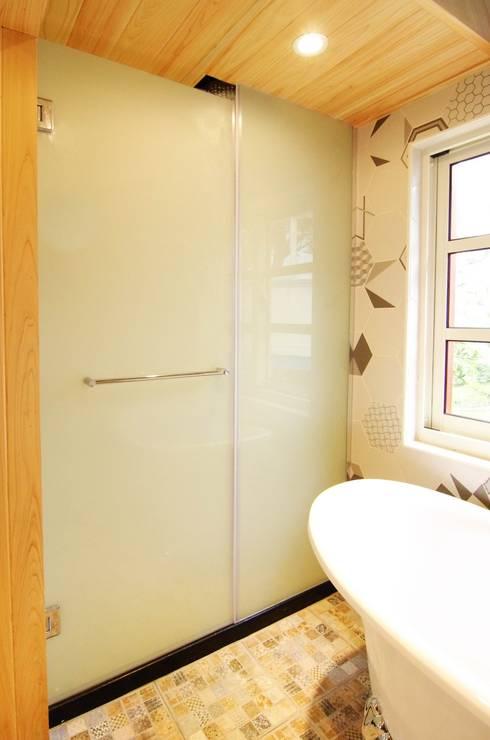 知名莊園樹屋民宿,享受放鬆愉悅的淋浴空間!:  浴室 by 中圓泰 / 淋浴拉門