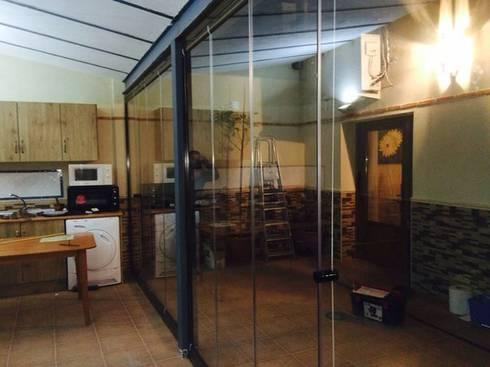 Cerramiento de porche en Ciudad Real: Hogar de estilo  de Acristalamientos Madrid