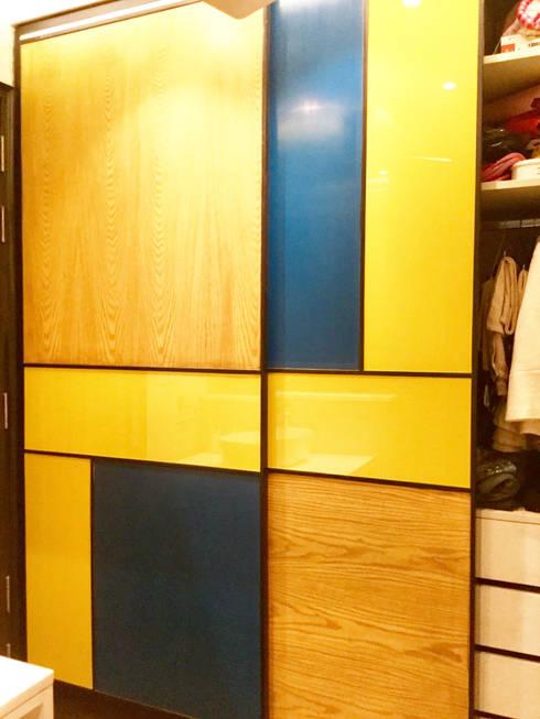 Residence Design, Bhera Enclave:  Dressing room by H5 Interior Design