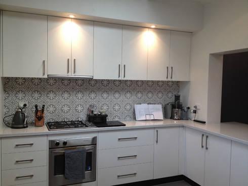Gạch trong bếp – Kitchen tiles:  Nhà hàng by Secoin Corporation