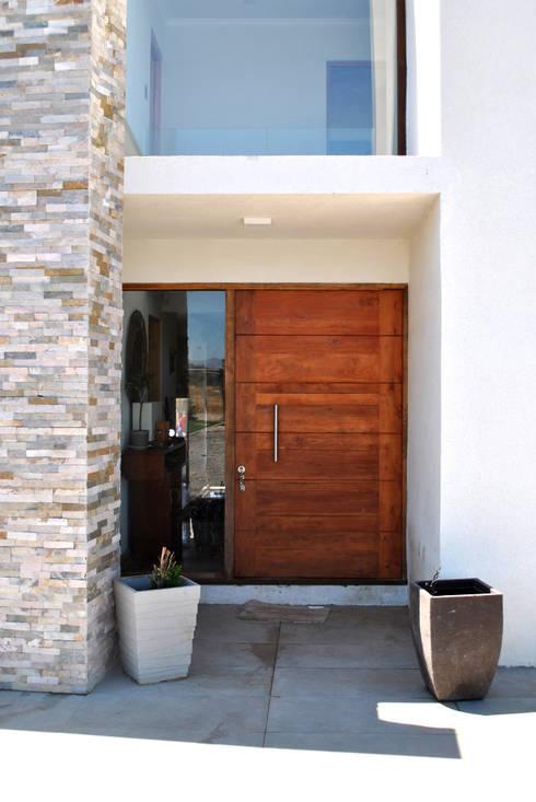 Casa Bravo: Casas de estilo moderno por AtelierStudio