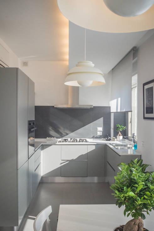 Colore grigio perla in cucina. Cucina  Cucina in stile di manuarino  architettura design comunicazione 9cd83c3f5048