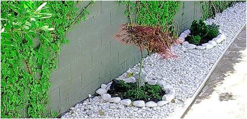 detalle de jardín perimetral: Jardines con piedras de estilo  de paisajistas y jardineros