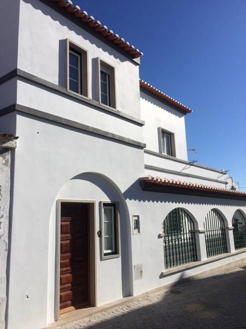Fachada Sul: Casas unifamilares  por Leonor da Costa Afonso