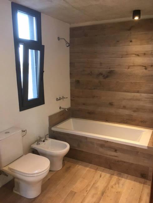 Casa ES: Baños de estilo moderno por FAARQ - Facundo Arana Arquitecto & asoc.