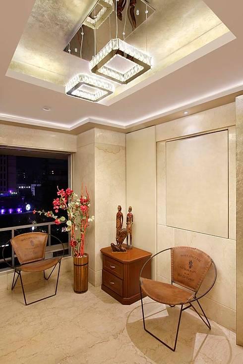 Sand Dunes Pent House :  Corridor & hallway by Mahesh Punjabi Associates