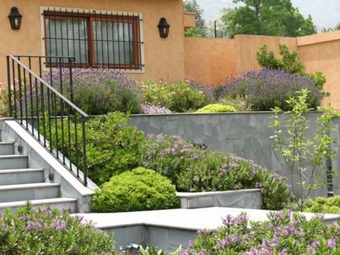Hermoso antejardín.: Jardines de estilo clásico por Aliwen Paisajismo