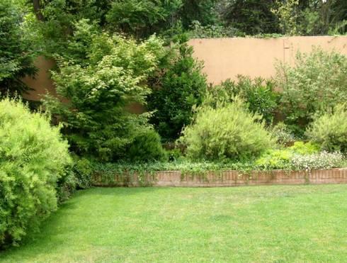 El movimiento y colorido de las plantas en un jardín.: Jardines de estilo clásico por Aliwen Paisajismo