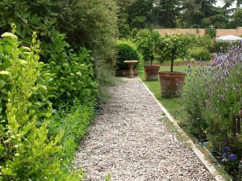 Sendero de gravilla, tipo provenzal. : Jardines de estilo clásico por Aliwen Paisajismo