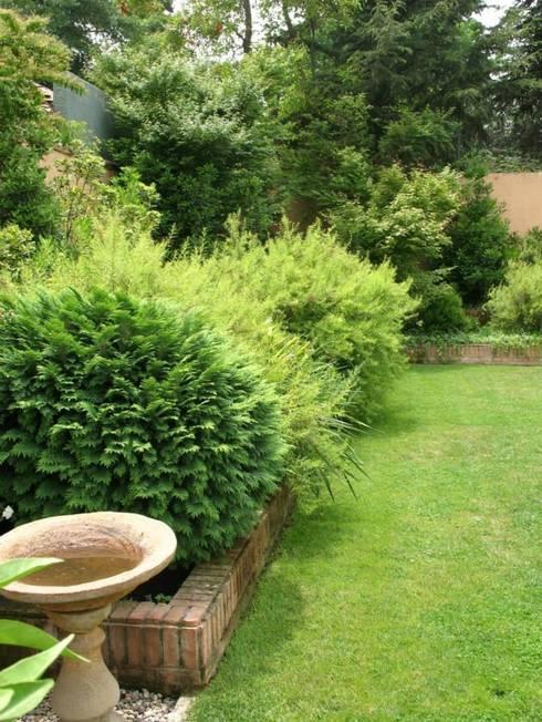 Detalles que hacen la diferencia.: Jardines de estilo clásico por Aliwen Paisajismo
