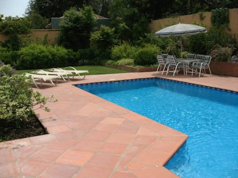 Una grata piscina rodeada de verde!!: Jardines de estilo clásico por Aliwen Paisajismo
